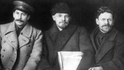 Stalin bricht Hitler das Genick!