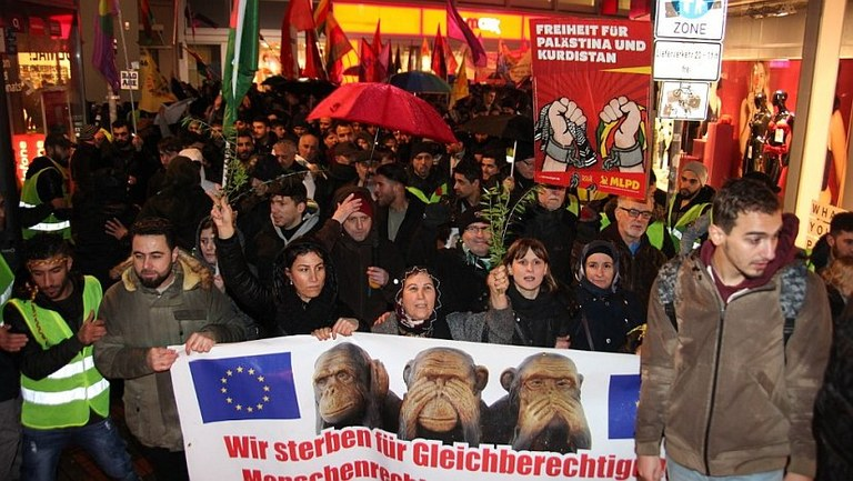 800-1000 Menschen demonstrierten bei ruhrgebietsweiter Montagsdemonstration in Gelsenkirchen gegen die Kriegsbeteiligung Deutschlands an Erdogans Invasion in Afrin - MLPD protestiert gegen Polizeirepressionen