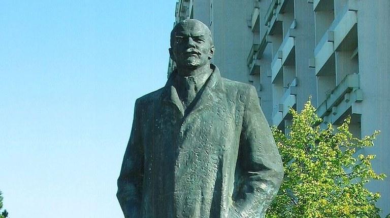 Von zwei Denkmälern - Lenin und Herkules