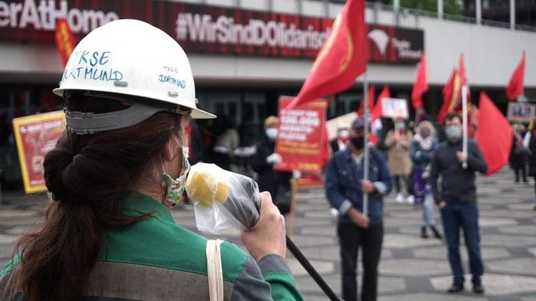 """Medien zeichnen falsches Bild, als ob der 1. Mai – rein """"virtuell"""" wäre oder nur aus Polizeiprovokationen oder Randale besteht. Wieso werden über 100 disziplinierte Kundgebungen und Demonstration vor allem der Arbeiter fast völlig ignoriert?"""