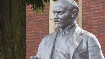 Klägliche Provokation der AfD-Jugend vor Lenin-Statue