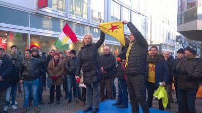 Polizei entwendet Monika Gärtner-Engel eine YPG-Fahne